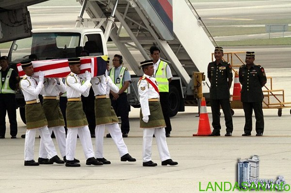 Oct 3rd 2014: An MH 17 victim's coffin is being carried out from Malaysia Airlines aircraft. Photo by Royal Malaysian Police (PDRM)